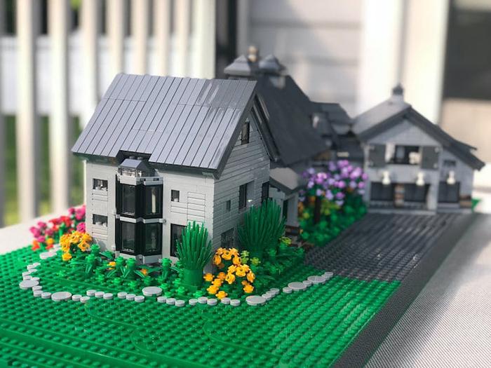Réplica de LEGO House Garden blanco y gris