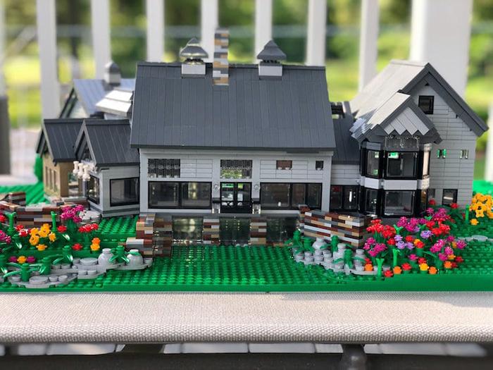 Réplica de fachada de la casa LEGO en blanco y gris