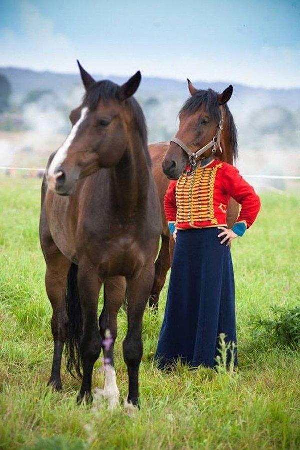 una persona con cabeza de caballo