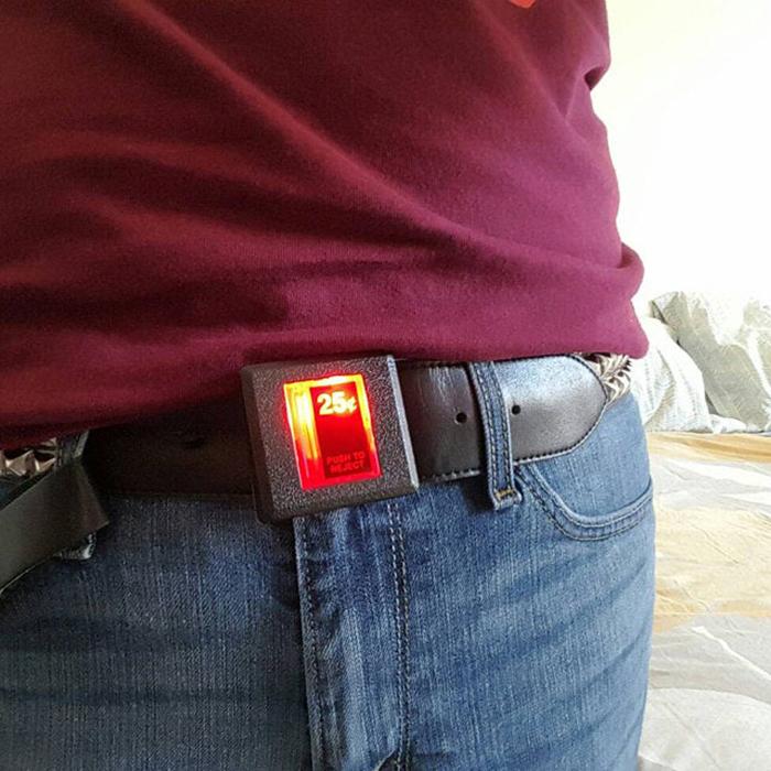 la hebilla del cinturón con ranura de arcade se ilumina