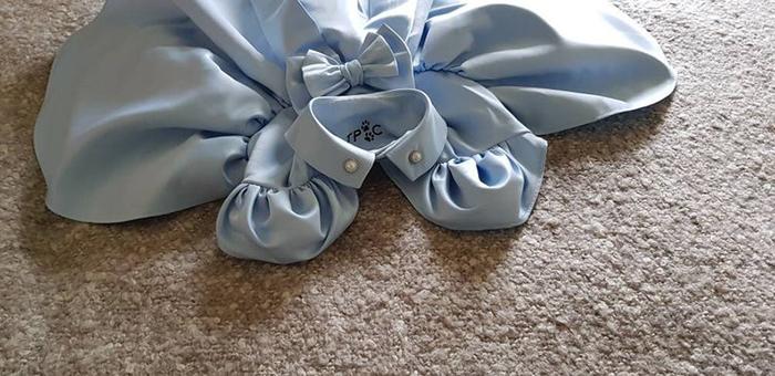 etiqueta de la marca dentro del vestido azul pálido