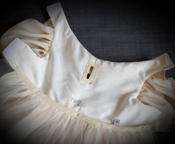 Detalles interiores del vestido de dama de honor color crema para perros
